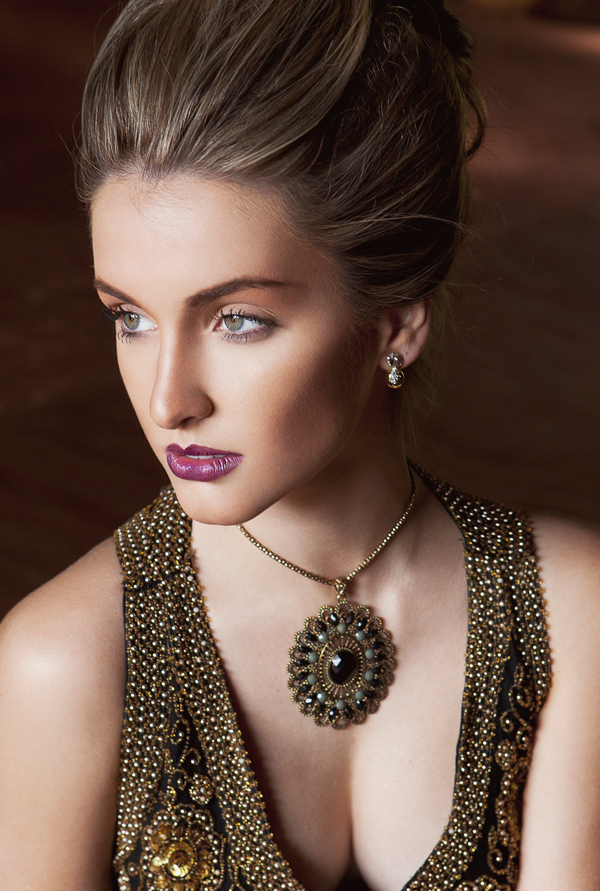 vintage-hairdo-necklace-make-up-beauty